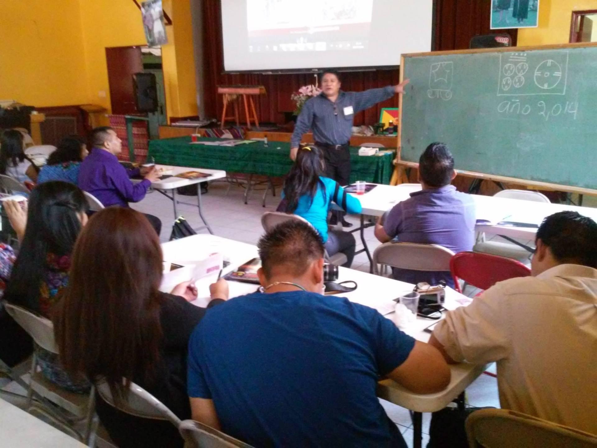 El Licenciado José Luis Tiguila Coj compartió conocimientos sobre numerología, lectura de códices y Cosmovisión Maya. Fotografía: La Voz