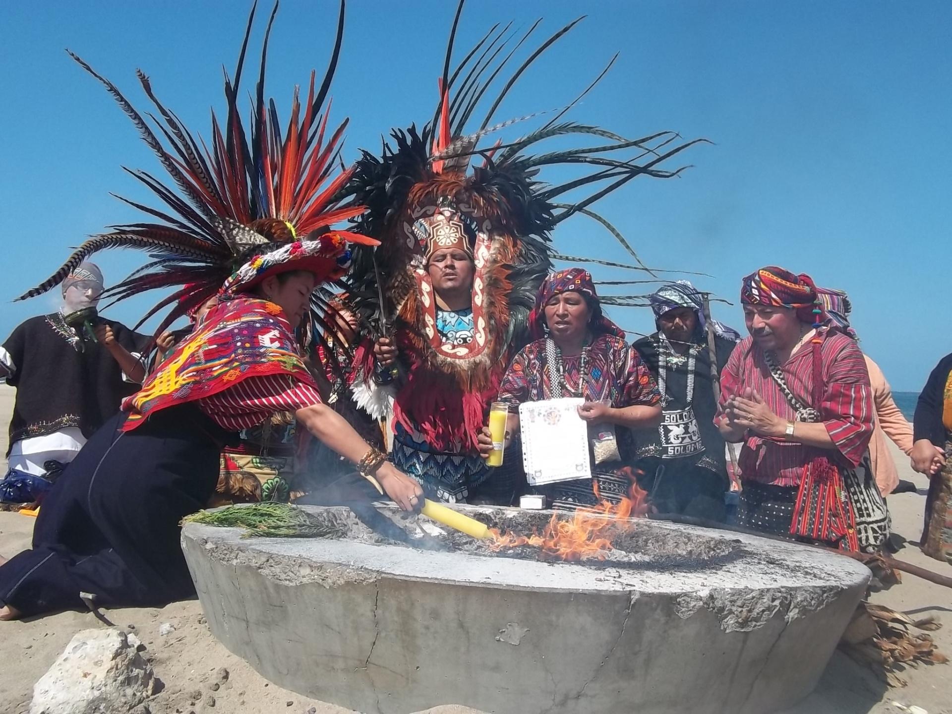 Shirley Ventura encendió el Fuego Sagrado que sería trasladado hasta Oregon, durante una ceremonia maya celebrada el 19 de Mayo de 2013, a orillas del Oceáno Pacífico. Fotografía: La Voz