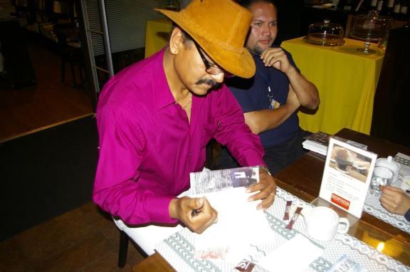 """René Corado durante la presentación de su libro """"El Lustrador"""" en Guatemala. Fotografía: Cortesía de René Corado"""