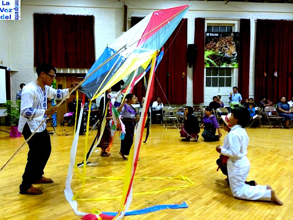"""La creatividad de los jóvenes de """"Eterna Juventud Maya"""" se hizo presentar al montar la """"Danza de los barriletes"""" con la participación de niñas y niños que se robaron la atención de los presentes. Fotografía: La Voz"""