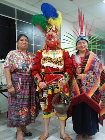 """Shirley Ventura, a la derecha, estuvo acompañada por sus padres, Alicia y José Ventura, fundadores del Grupo de Danzas Mayas """"Ajpop Tecum"""". Fotografía. La Voz"""