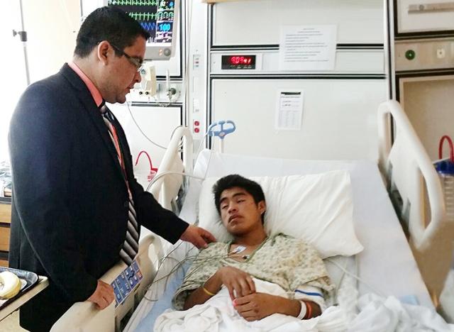 Uno de los guatemaltecos hospitalizados fue visitado por el Cónsul General de Guatemala en McAllen, Texas, Allan Pérez. Fotografía: MINEX