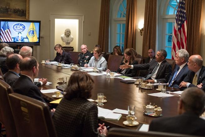 El Presidente Barack Obama durante una reunión con funcionarios de las agencias que coordinan las acciones para controlar el Ébola.   Fotografía: Foto Oficial de la Casa Blanca por Pete Souza)