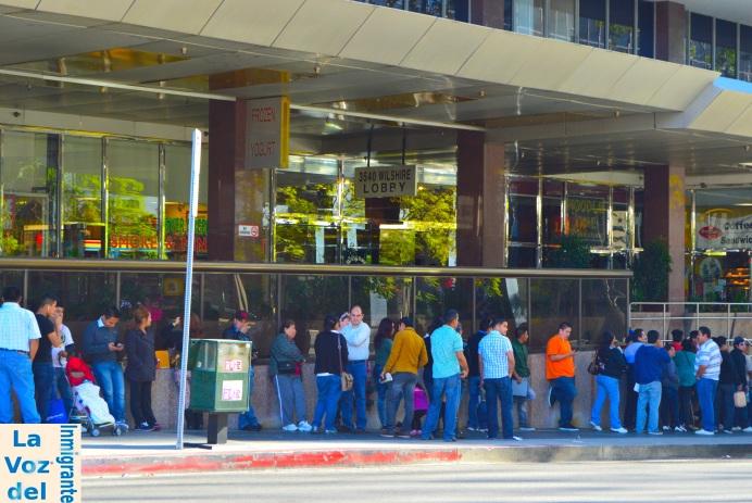 Guatemaltecos esperan en las afueras del Consulado General de Guatemala en Los Ángeles para hacer diferentes trámites, ya que las instalaciones se han visto rebasadas en su capacidad para atender la creciente demanda de pasaportes y matrículas consulares. Fotografía: LA VOZ