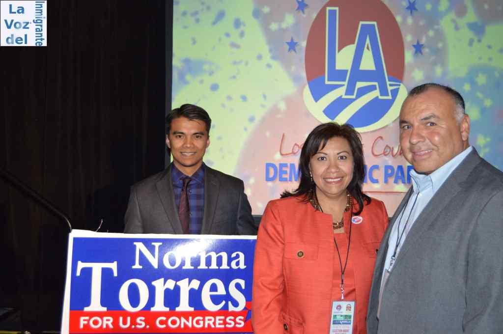 Acompañada por su hijo Robert Torres, a la izquierda de la imagen, la Congresista electa Norma Torres se hizo presente en la Asamblea Demócrata del Condado de Los Ángeles. Fotografía: La Voz