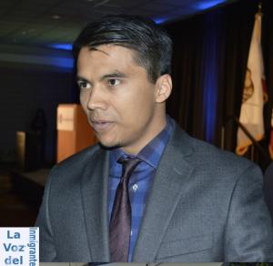 Robert Torres, de 28 años, hijo de la Congresista electa Norma Torres, sigue los pasos en la carrera de servicio público de su mamá, y actualmente es Director de Distrito del Senador Estatal por California, Freddie Rodríguez. Fotografía: MAYNOR VENTURA para La Voz
