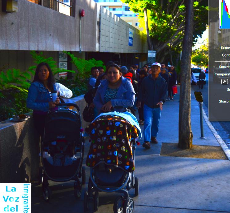 Madres de familia acompañadas de sus pequeños hijos esperan su turno para ingresar al Consulado General de Guatemala en Los Ángeles. Fotografía: LA VOZ