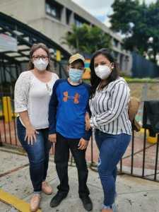 David Emanuel y su mamá, en las afueras de la Embajada de Estados Unidos en Guatemala, luego de recibir las visas humanitarias. Foto: Cortesía.